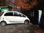 充電中の電気自動車.jpg